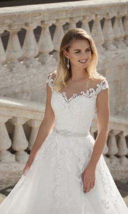 Свадебное платье белого цвета с пышной юбкой