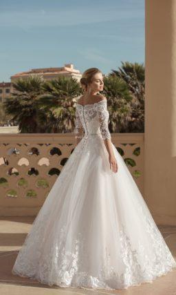 свадебное платье с пышной юбкой и ажурным декором