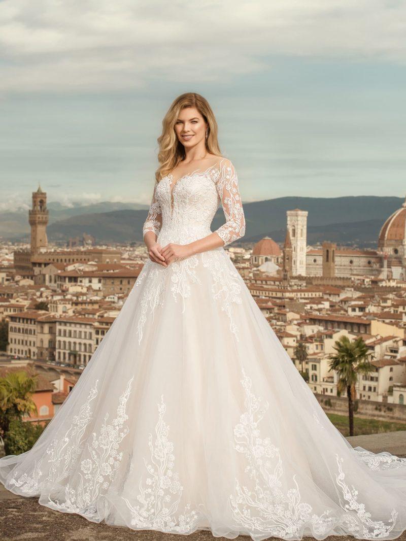 Свадебное платье с длинными рукавами и пышной юбкой