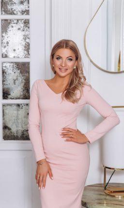 Вечернее платье-футляр в нежно-розовом оттенке