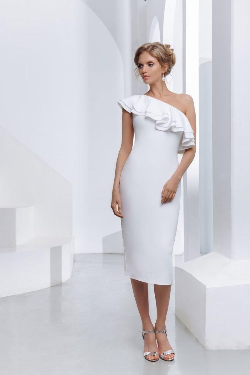 Лаконичное укороченное платье-футляр с облегающим силуэтом