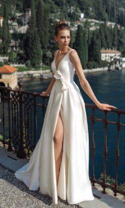 Свадебное платье  из атласа оттенка айвори