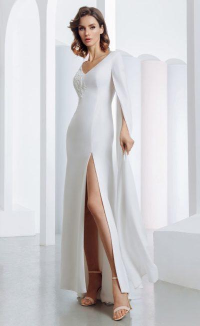 Атласное свадебное платье с облегающим силуэтом