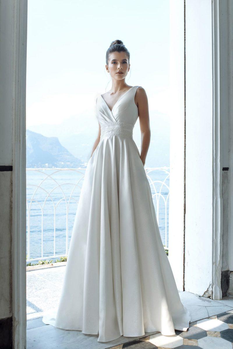 Пышное свадебное платье из атласа в стиле минимализм