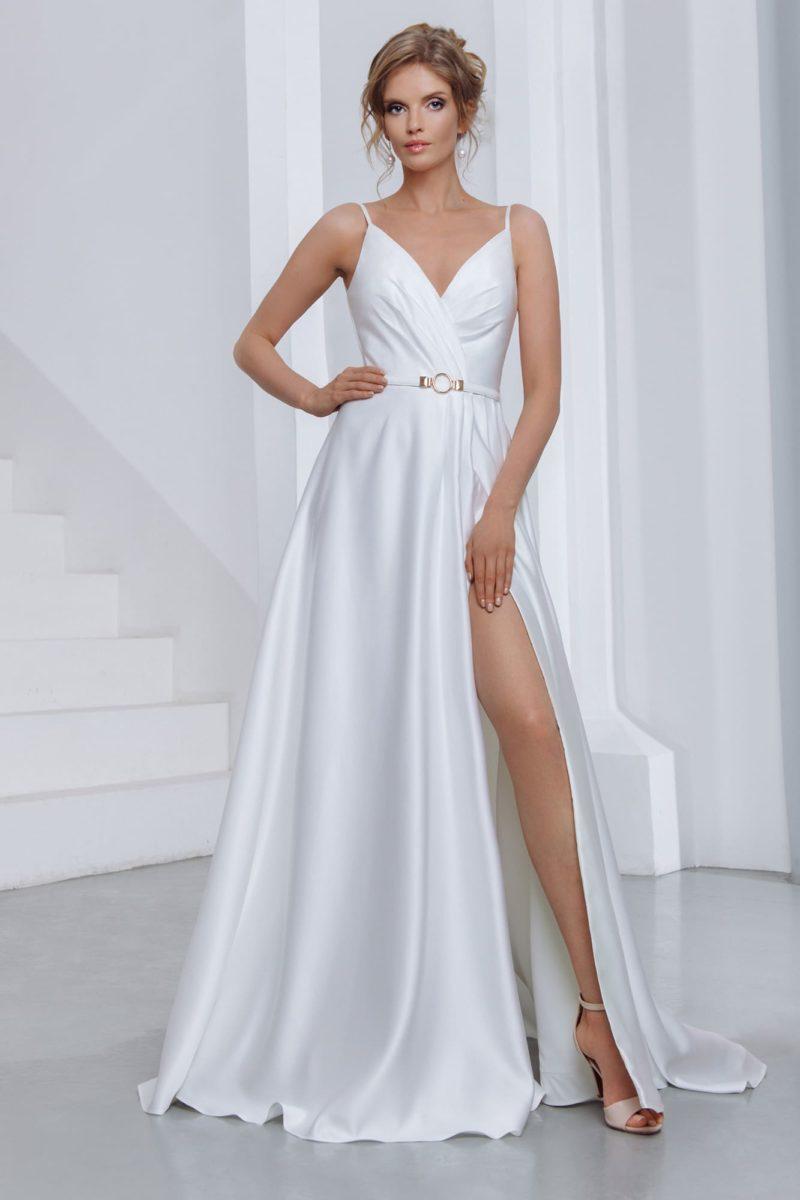 Лаконичное свадебное платье из белого атласа