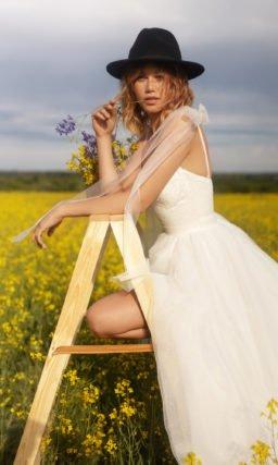 Пышное свадебное платье с мерцающей юбкой
