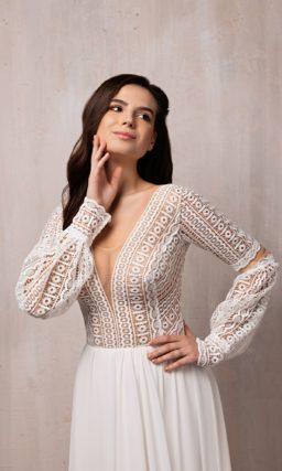 Приталенное свадебное платье с длинными рукавами