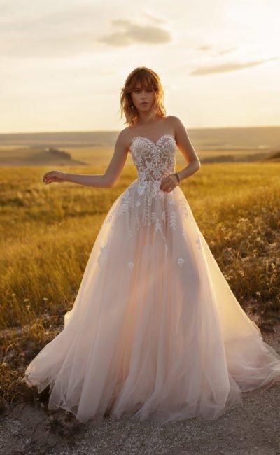 платье с пышной юбкой розового оттенка