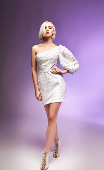Короткое дизайнерское платье с одним рукавом