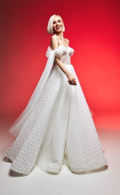 Пышное свадебное платье с фактурным декором
