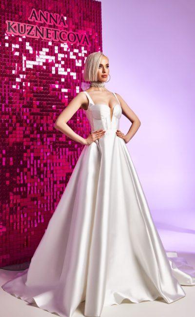 Блестящее свадебное платье из атласа