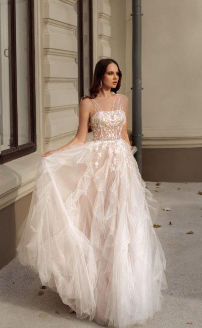 Пышное свадебное платье с многослойной воздушной юбкой