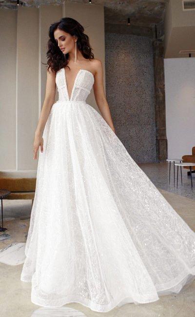 Свадебное платье с воздушной пышной юбкой