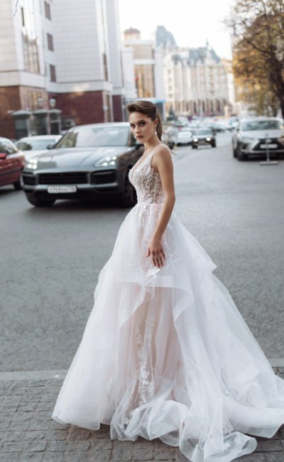 Свадебное платье с шифоновой многослойной юбкой