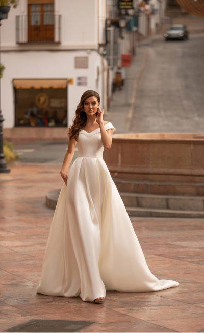 Свадебное атласное платье приталенного силуэта