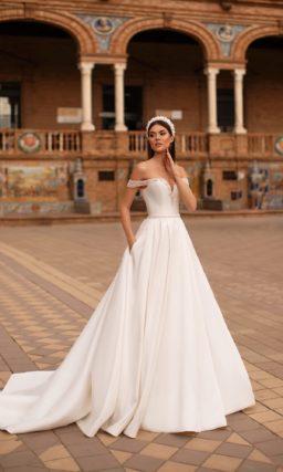 Свадебное платье из атласа молочного оттенка