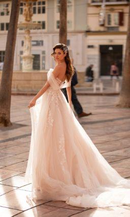 Свадебное воздушное платье приталенного кроя