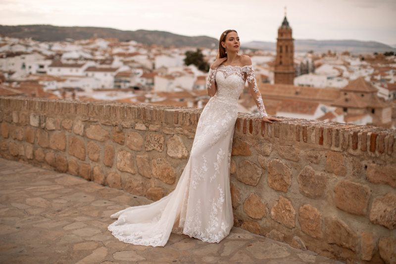 Свадебное платье декорированное кружевными узорами