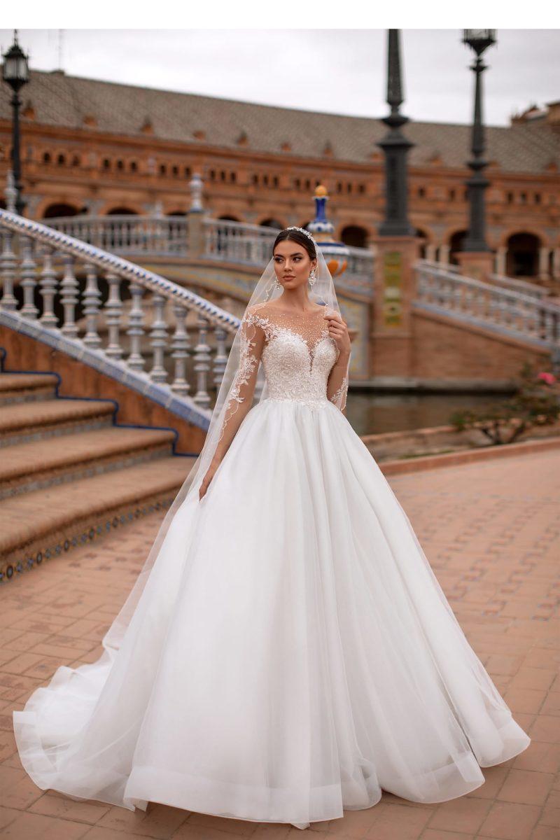 Свадебное платье с фатой и пышной юбкой