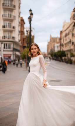 Свадебное закрытое платье приталенного кроя