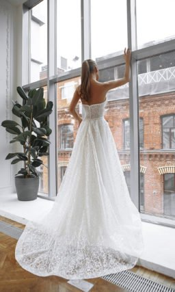 Свадебное платье украшенное вышитыми узорами