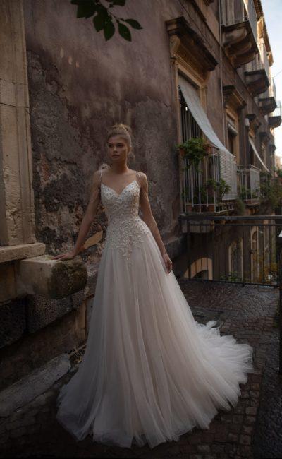Свадебное платье с мерцающей вышивкой
