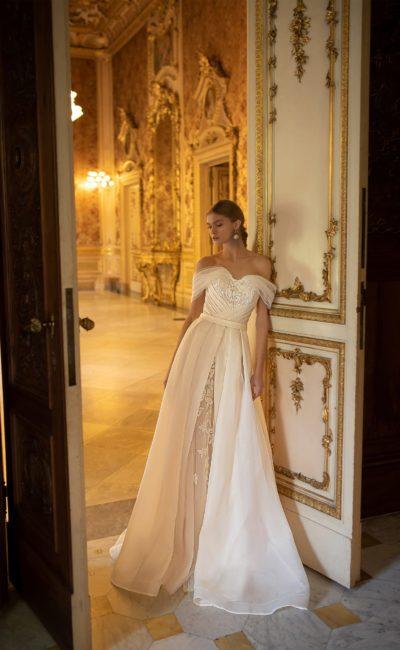 Красивое свадебное платье со шлейфом
