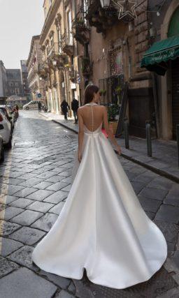 Свадебное атласное платье с необычным декольте