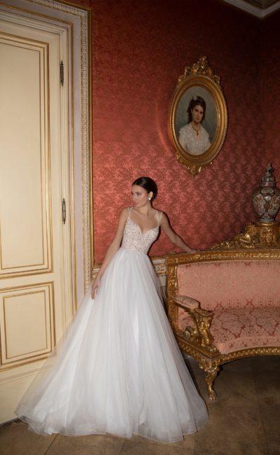 свадебное платье с блестящим декором