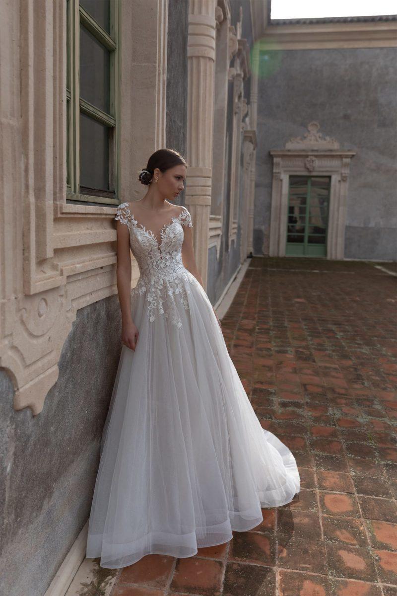 Свадебное платье с портретным декольте