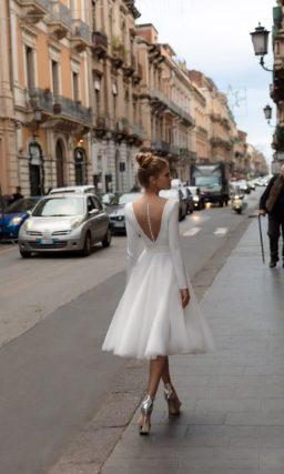 Короткое свадебное платье с рукавами