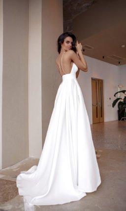 Прямое свадебное платье с накидкой