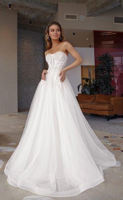 Свадебное платье с корсетом и открытыми плечами
