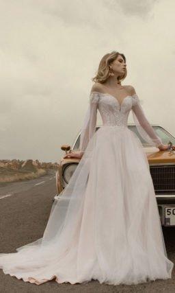 Свадебное платье украшеное фактурными вышитыми узорами