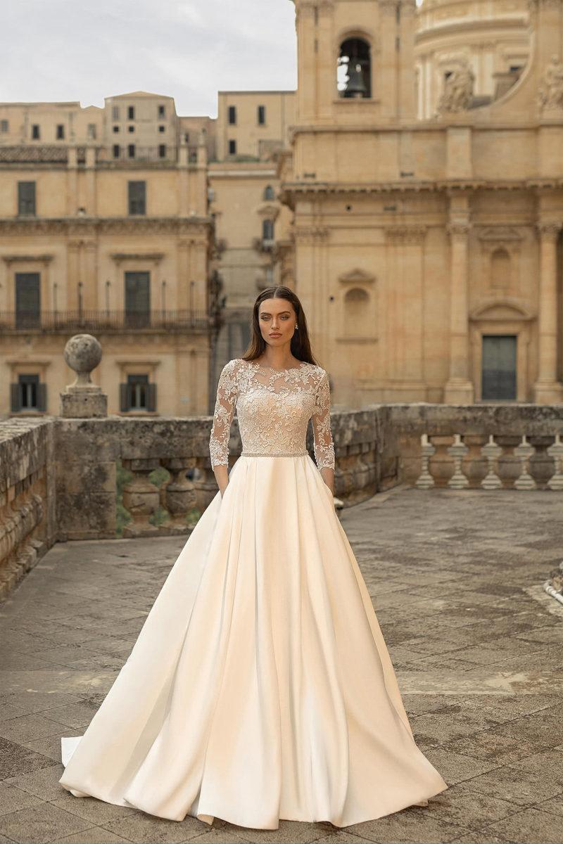 Свадебное атласное платье с длинными рукавами