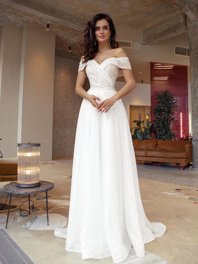 Приталенное свадебное платье с лаконичным дизайном