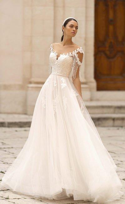Свадебное платье с крупным декором