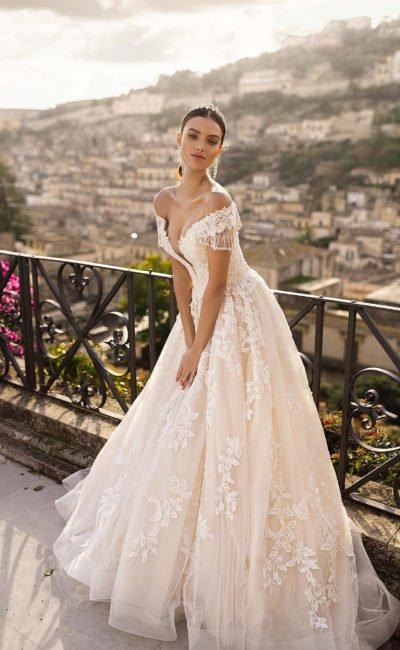 Свадебное платье украшенное белым кружевом