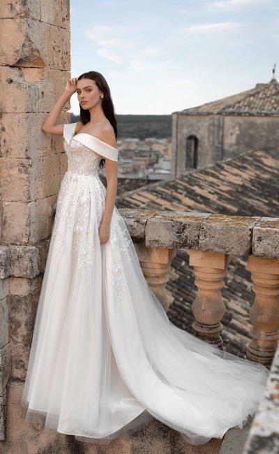 Свадебное платье с ажурными цветами