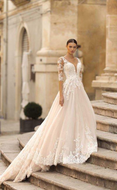 Свадебное платье с кружевным шлейфом