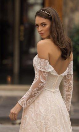 Свадебное платье с крупным ажуром и открытыми плечами