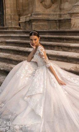 Свадебное платье с роскошным шлейфом