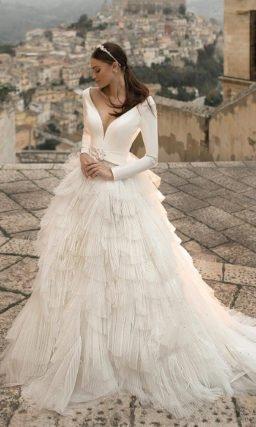 Свадебное платье с глубоким вырезом