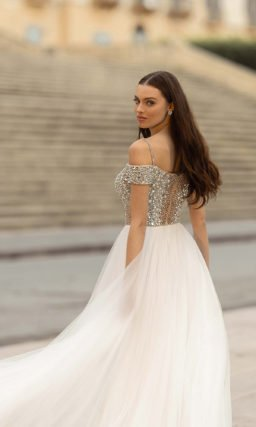Свадебное платье с пышной легкой юбкой