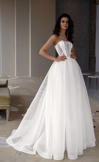 Свадебное платье в стиле минимализм с пышной юбкой