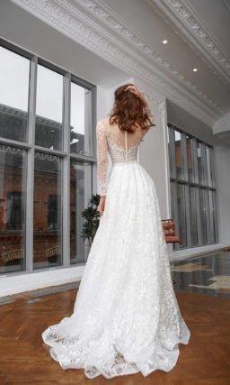 Свадебное платье декорированное ажурной вышивкой