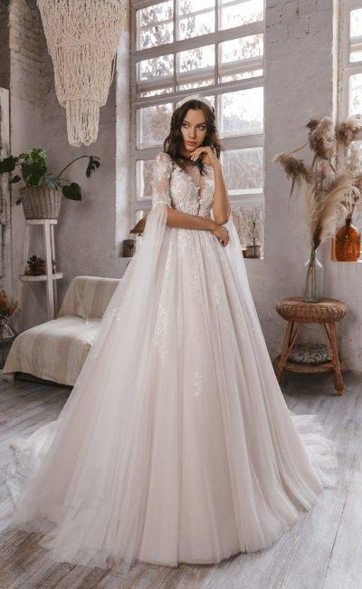 Свадебное платье расклешенными рукавами