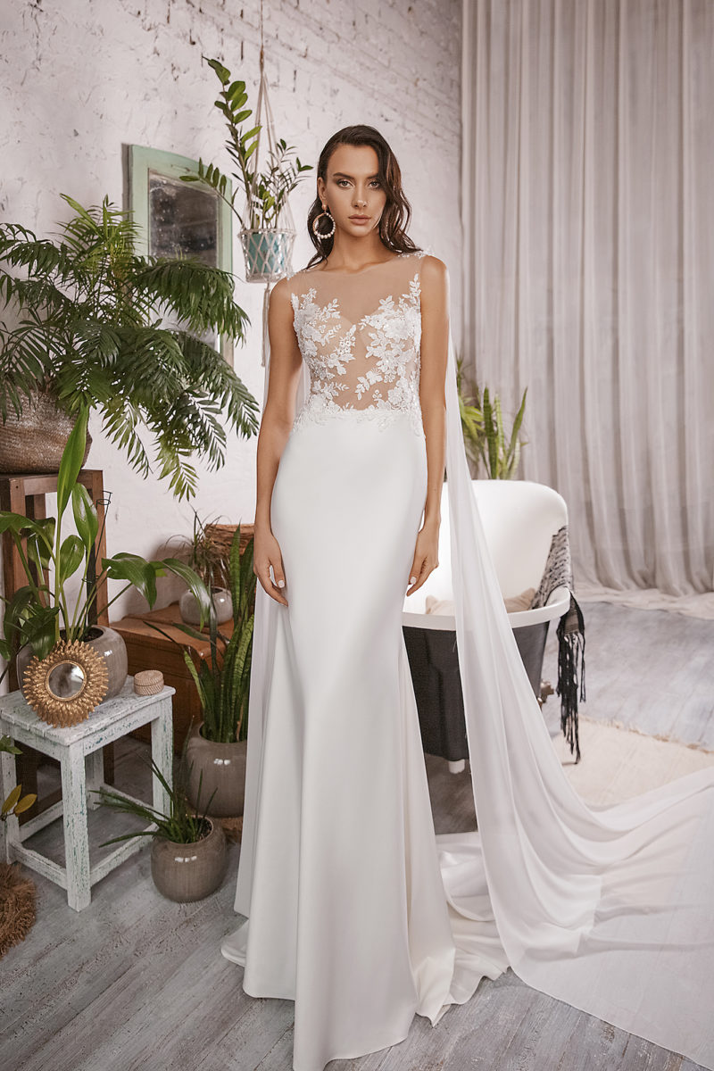Атласное свадебное платье прямого кроя с кейпом