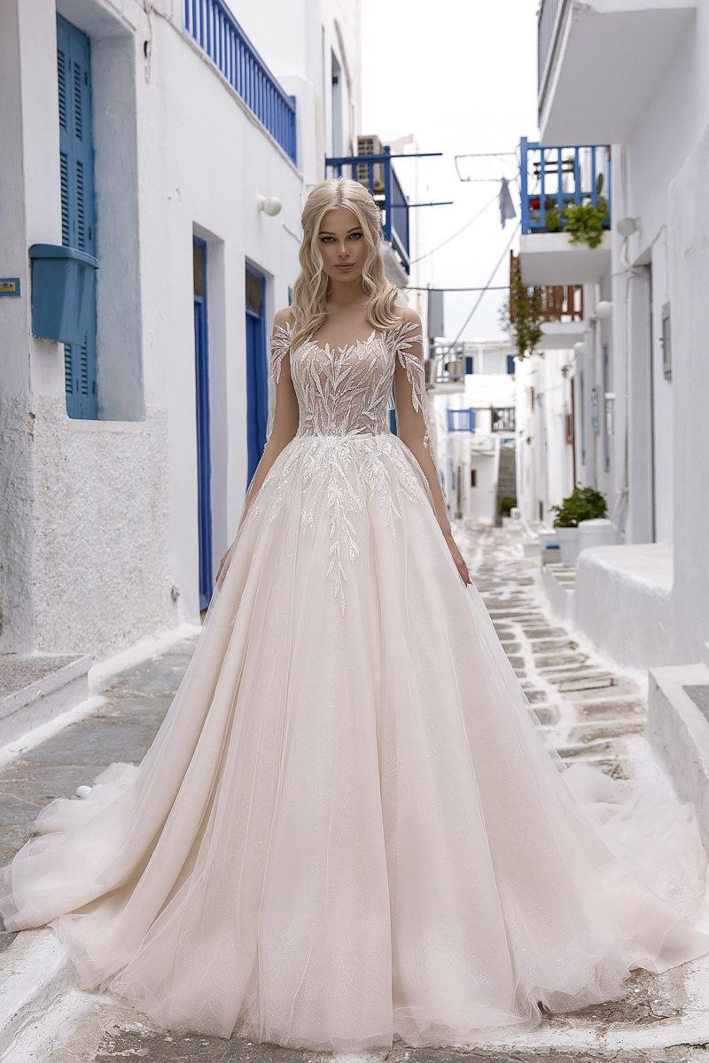 Свадебное платье декором в пудровом оттенке