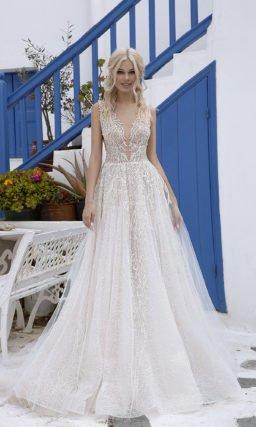 Свадебное платье с красивым мерцающим декором